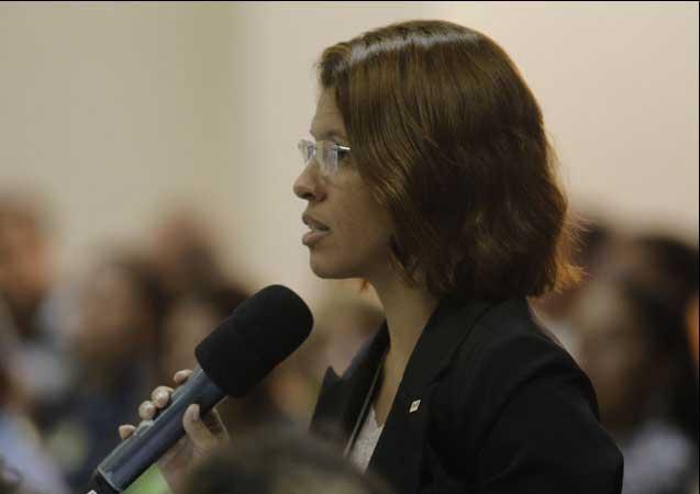 Verônica Bezerra fez questionamentos a Amaro Neto. Foto: Fábio Machado/Folha Vitória.