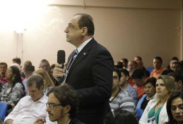 Giulio Imbroisi perguntou para Luciano Rezende. Foto: Fábio Machado/ Folha Vitória.