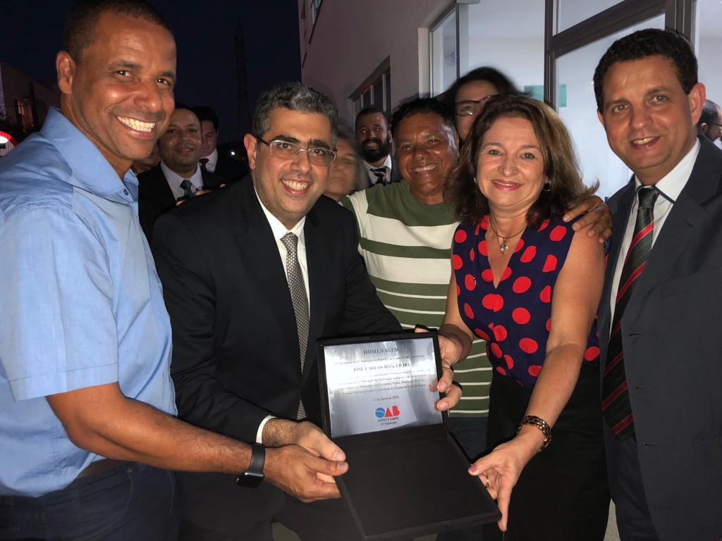 Durante a solenidade, o presidente Rizk recebeu da presidente Ciloni Fernandes uma placa de homenagem
