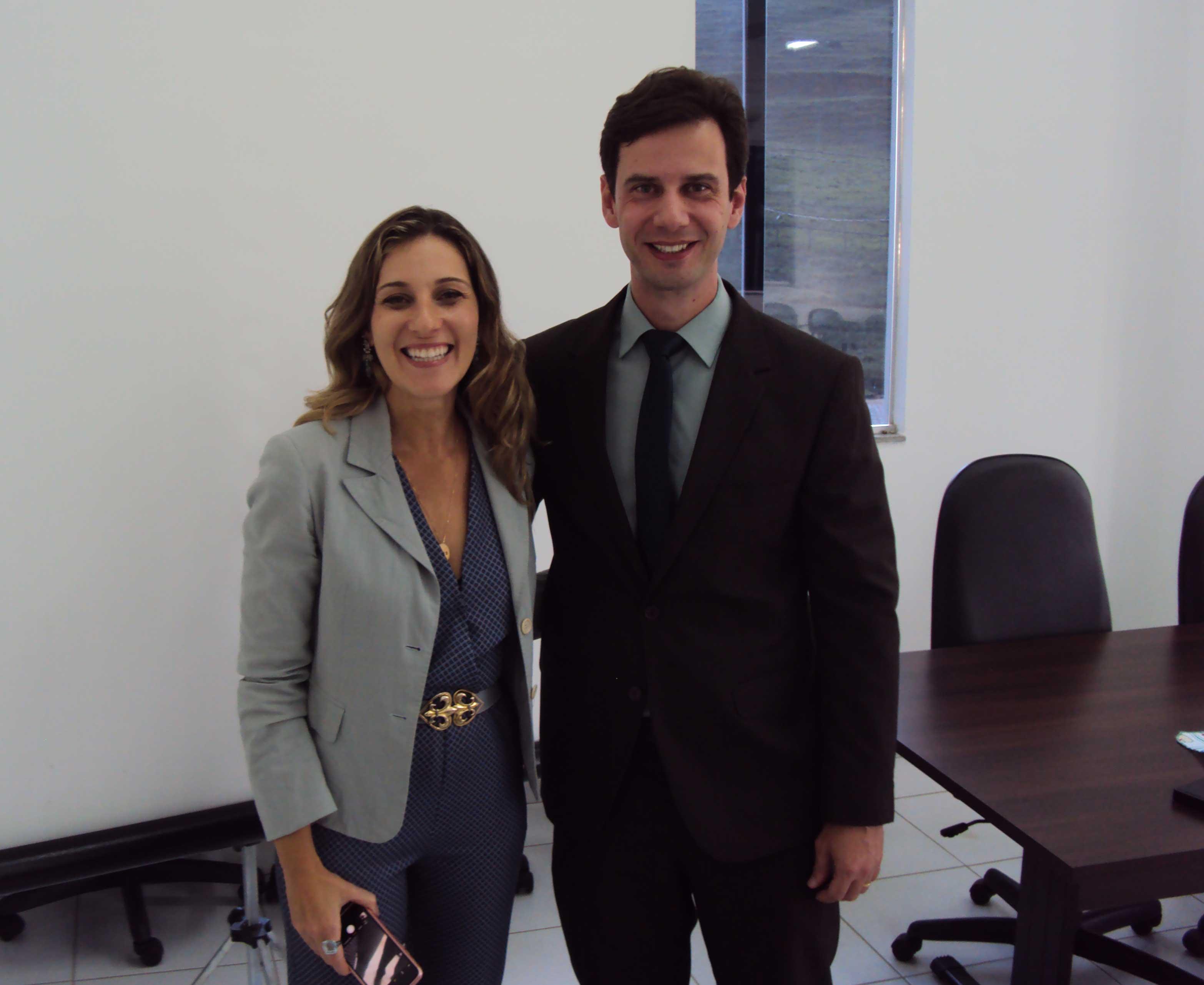 Presidente da Subseção de Alegre da OAB-ES, Felipe Mantovaneli e conselheira seccional, Dyna Hoffman Assi Guerra. Foto: Divulgação.