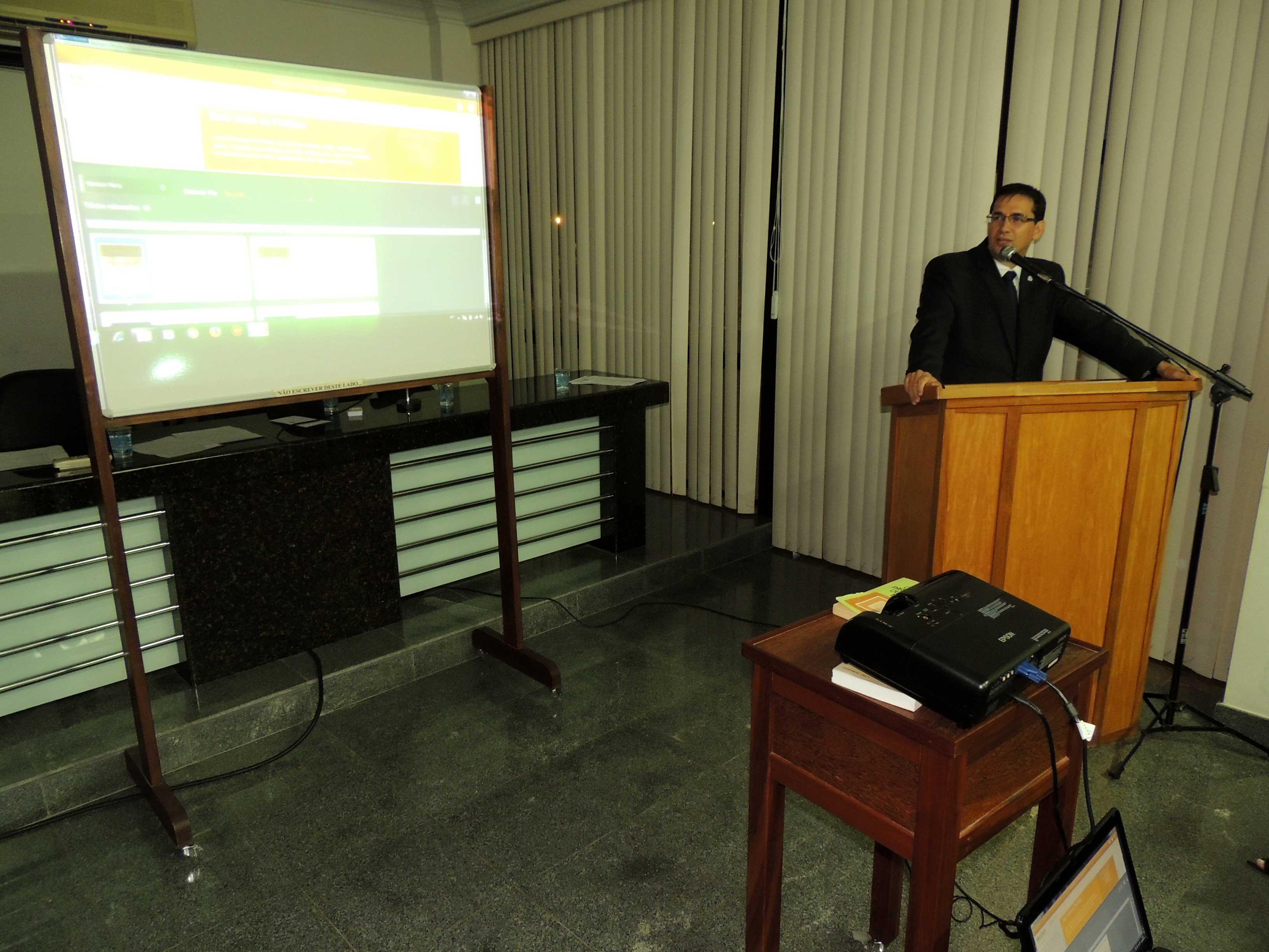 Secretário-geral da OAB-ES, Ricardo Brum apresenta Biblioteca Digital. Foto: Divulgação.