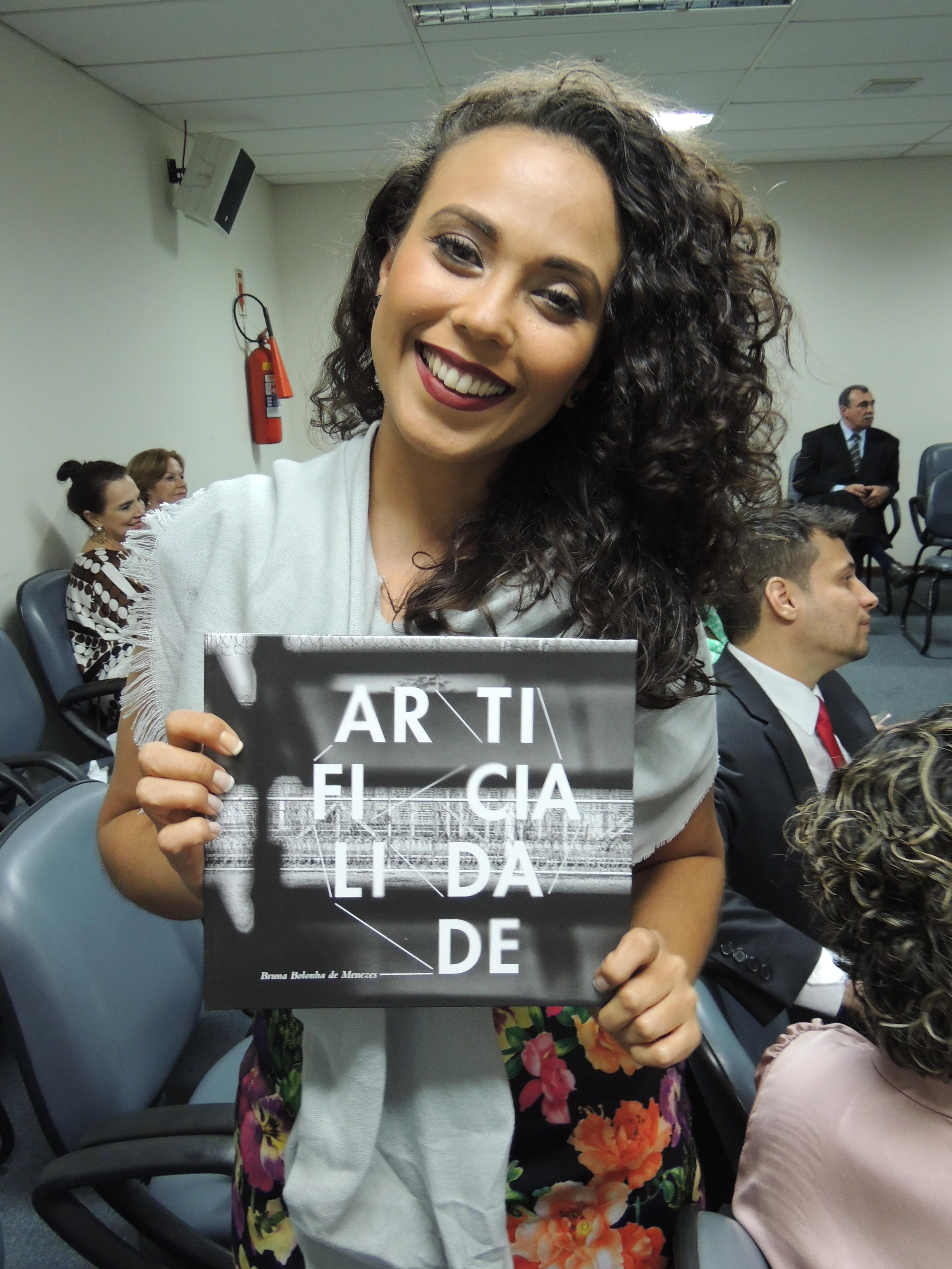Brunna de Moraes divulga sua obra.