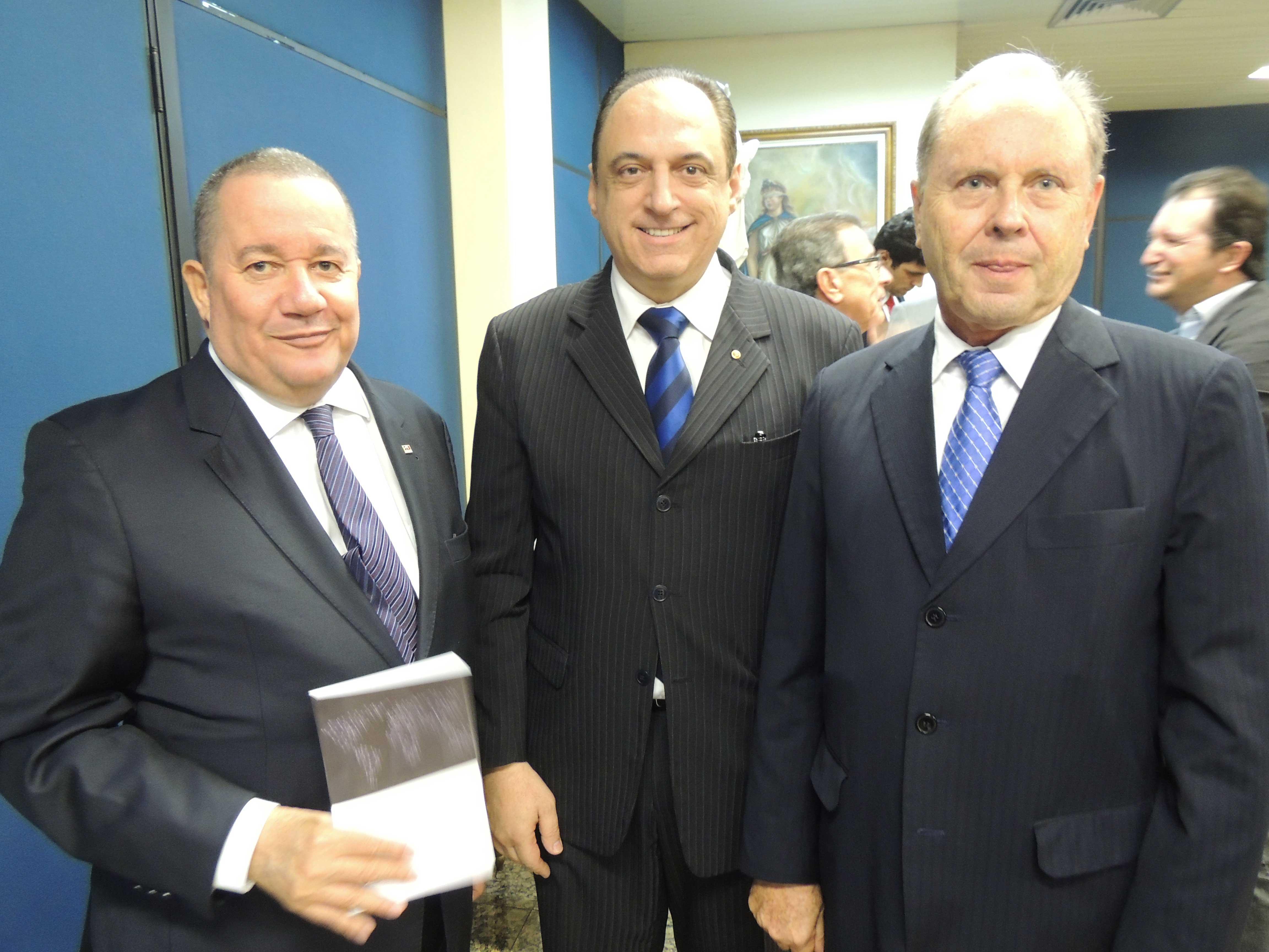 Homero Mafra com Giulio Imbroisi e o presidente do TJES, Annibal Rezende. Foto: Divulgação.