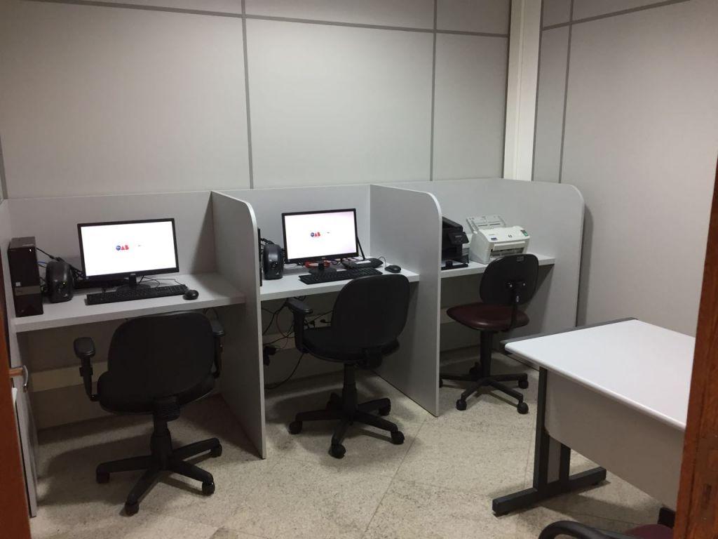 Sala de Apoio na Justiça Federal de Linhares equipada com computadores e impressoras. Foto: Divulgação.