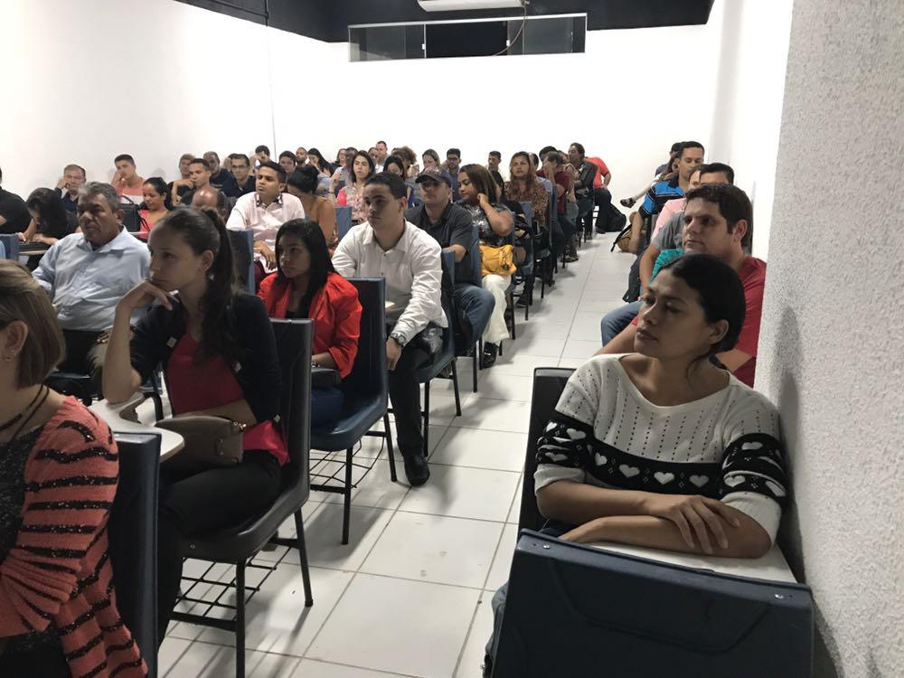 Alunos acompanham atentos palestra da Comissão da OAB-ES. Foto: Divulgação.