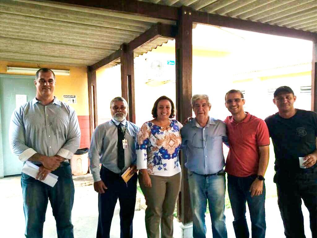 Em visita ao Complexo de Viana, o diretor-geral dos estabelecimentos prisionais, Wagner Fischer Sarmento, o gerente administrativo da OAB-ES, Adelson Barbosa; a secretária-geral adjunta da Ordem, Erica Neves; o advogado Hilton Rocha e o diretor do Centro de Triagem de Viana, Rocio Andrade.
