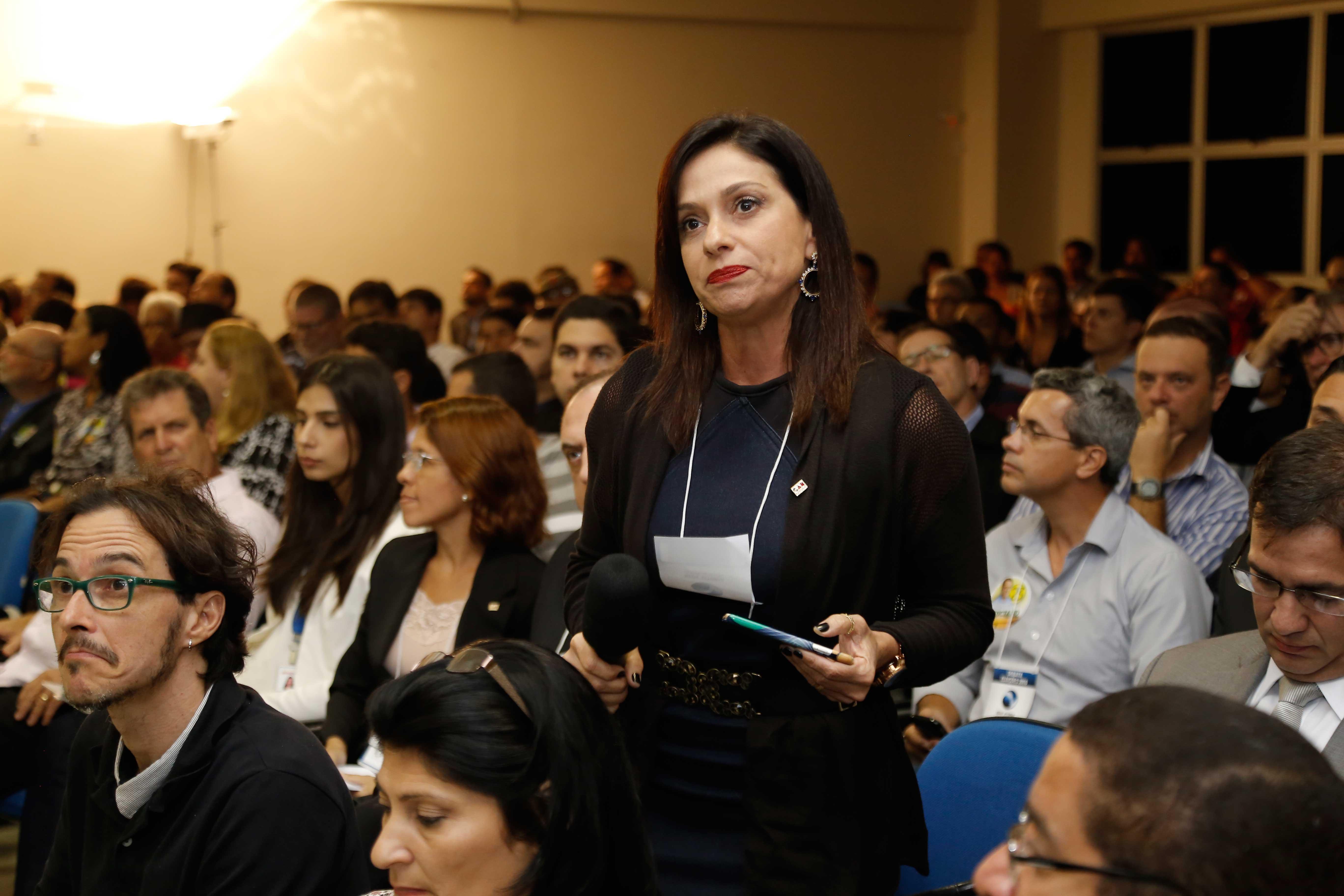 Flávia Brandão questiona Perly Cipriano. Foto: Fábio Machado/Folha Vitória.
